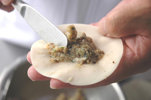 鹿児島ますやの黒豚餃子手詰め風景1